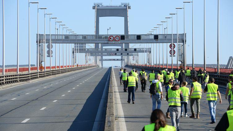 """Des """"gilets jaunes"""" manifestent sur le pont d'Aquitaine à Bordeaux, samedi 17 novembre. (NICOLAS TUCAT / AFP)"""