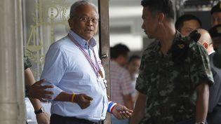 Suthep Thaugsuban, leader des opposants au gouvernement thaïlandais, lors de sa libération le 26 mai 2014 à Bangkok (Thaïlande). (CHAIWAT SUBPRASOM / REUTERS)