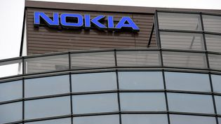 Le logo Nokia sur le bâtiment du siège social à Espoo (Finlande). (HEIKKI SAUKKOMAA / LEHTIKUVA / AFP)