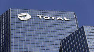 La tour Total à La Défense, siège de la multinationale, le 4 septembre 2013. (KENZO TRIBOUILLARD / AFP)