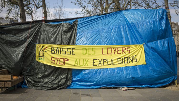 Des tentes installées par l'association Droit au logement (DAL), où dormaient des personnes mal-logées,le 11 avril 2015 à Paris. (MAXPPP)