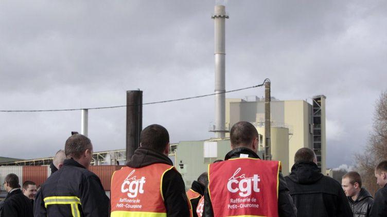 Des militants CGT de la raffinerie Petroplus lors d'une assemblée générale des salariés, le 2 janvier 2012 à Petit-Couronne (Seine-Maritime). (KENZO TRIBOUILLARD / AFP)
