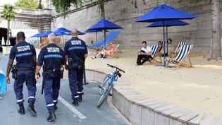 """Des policiers patrouillent à l'occasion de l'opération """"Tel-Aviv sur Seine"""" à Paris, le 13 août 2015. (MUSTAFA YALCIN / ANADOLU AGENCY / AFP)"""