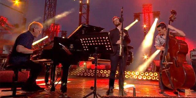 John Taylor, Émile Parisien et Stéphane Kerecki sur la scène des Victoires du Jazz, à Sète  (Capture image Culturebox)