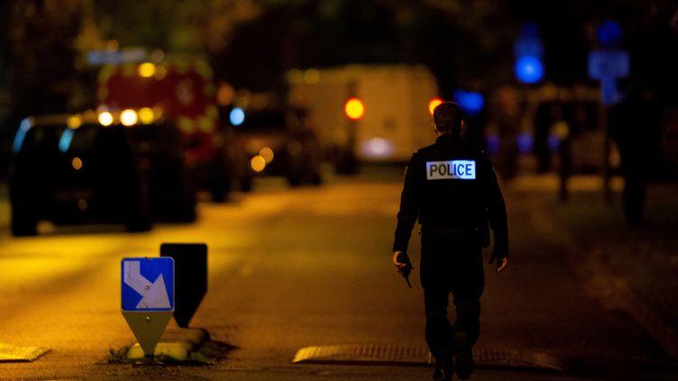 Un policier dans une rue d'Eragny (Val-d'Oise), vendredi 16 octobre 2020. (ABDULMONAM EASSA / AFP)