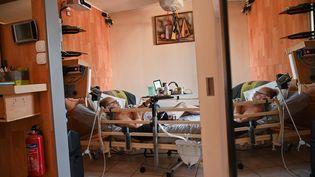 Alain Cocq, militant de la fin de vie digne atteint d'une maladie incurable, le 21 août 2020 dans son appartement à Dijon (Côte-d'Or). (PHILIPPE DESMAZES / AFP)