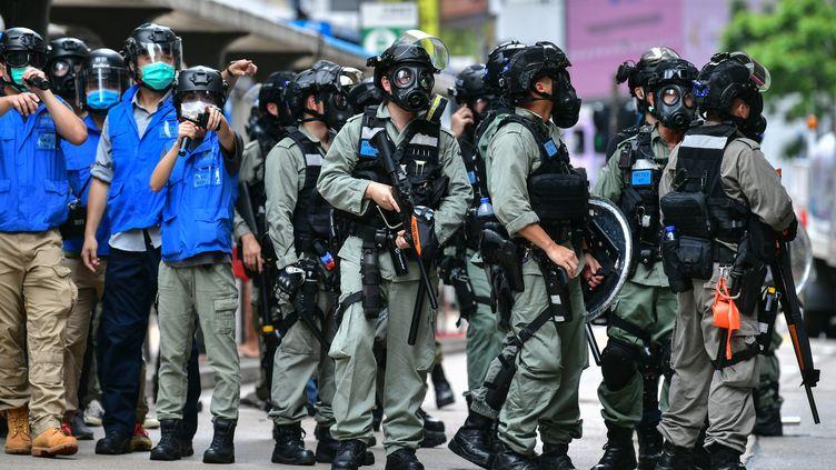 La policeanti-émeute lors d'une manifestation de militants pro-démocratie, le 24 mai 2020 à Hong Kong. (ANTHONY WALLACE / AFP)