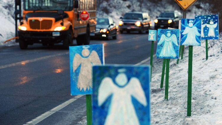 Un bus scolaire part de Newtown vers le collège Chalk Hill de Monroe, à 10 km de l'école Sandy Hook (Connecticut) jeudi 3 janvier 2013. Fermé l'an dernier, l'établissement a été repeint, nettoyé et adapté pour accueillir les quelque 500 enfants de Sandy Hook. (JESSICA HILL / AP / SIPA)