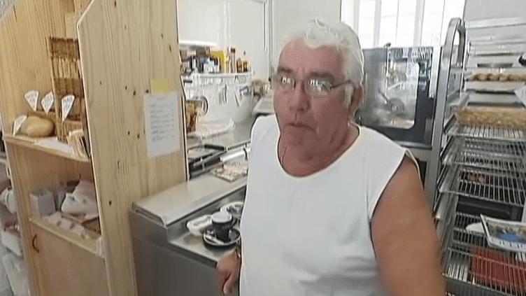 Jean-Claude Martin, ancien boulanger, a dû reprendre du service à 69 ans, après avoir tenté de faire face avec une maigre retraite de moins de 1 000 euros par mois. ((FRANCETV INFO / FRANCE 2))