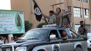 Des jihadistes célèbrent la création de l'Etat islamique, à Racca (Syrie), le 30 juin 2014. (WELAYAT RAQA / AFP)