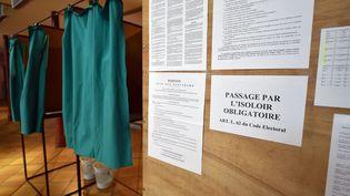 Un isoloir dans un bureau de vote du canton du Cateau-Cambrésis (Nord) lors des élections départementales. (  MAXPPP)