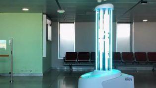 Certains aéroports utilisent les rayons UV pour se désinfecter et lutter contre le coronavirus. Une pratique efficace? mais pour laquelle les particuliers ne doivent pas opter. (FRANCE 2)