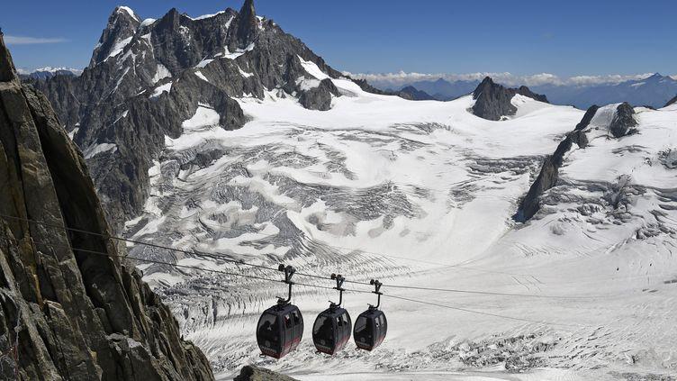 Photo prise le 5 août 2015 des télécabines entre l'Aiguille du Midi et laPointeHelbronner, dans le massif du Mont-Blanc. (PHILIPPE DESMAZES / AFP)