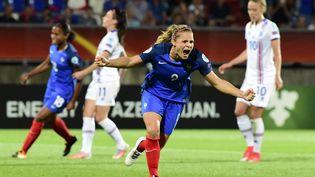 Eugénie Le Sommer célèbre son but face à l'Islande, le 18 juillet 2017 à Tilbourg (Pays-Bas), pour le premier match de la France dans l'Euro féminin de foot. (TOBIAS SCHWARZ / AFP)