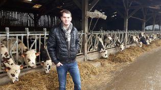 Corentin Sauvé dans la ferme familialed'Andouillé-Neuville(Île-et-Vilaine). (GUILLAUME GAVEN / RADIO FRANCE)