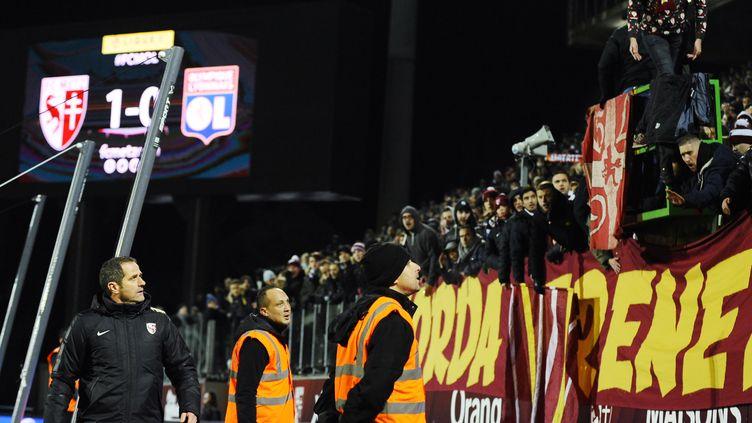 La tribune du stade Saint-Symphorien lors de Metz-Lyon avec l'entraîneur lorrain Philippe Hinschberger (JEAN-CHRISTOPHE VERHAEGEN / AFP)