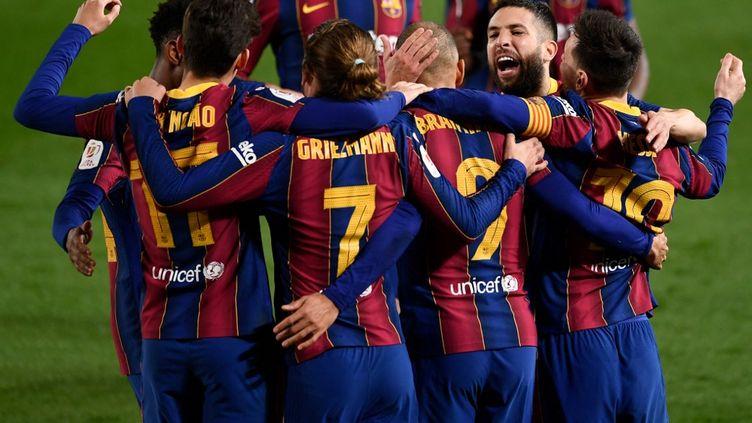 Les joueurs du FC Barcelone qualifiés pour la finale de la Coupe du roi après leur victoire 3-0 face au FC Séville, le 3 mars 2021. (JOSEP LAGO / AFP)
