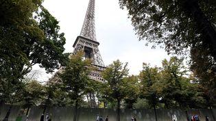 Une paroi de verre va être installée autour de la tour Eiffel, à partir du 5 octobre 2017. (LUDOVIC MARIN / AFP)