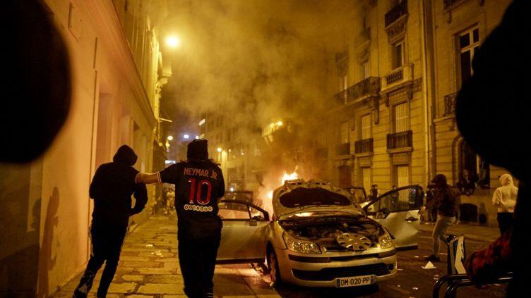 Une voiture vandalisée à Paris, après la finale de Ligue des champions entre le PSG et le Bayern, le 23 août 2020. (ADNAN FARZAT / NURPHOTO)