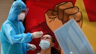 Un homme subit un test du Covid-19 à Hanoi (Vietnam), le 20 août 2021 (illustration). (NHAC NGUYEN / AFP)