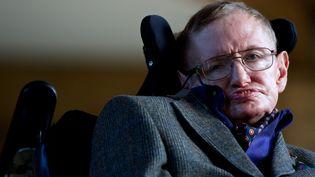 Le physicien Stephen Hawking lors de la soirée d'ouverture du Cambridge Film Festival à Cambridge, dans l'est de l'Angleterre, le 19 septembre 2013. (ANDREW COWIE / AFP)