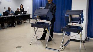 Le président américain Barack Obama vote de façon anticipée pour la présidentielle, le 7 octobre 2016 à Chicago (Illinois). (JIM WATSON / AFP)