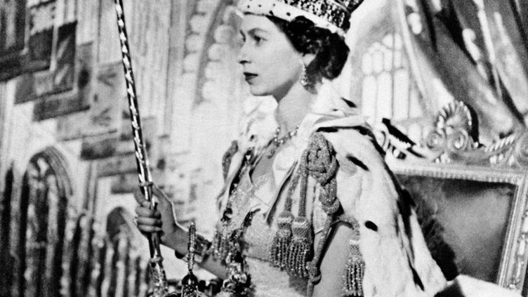 La reine d'Angleterre lors de son couronnement le 2 juin 1953. (AFP)