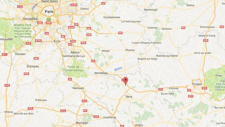 Cet homme de 36 ans a été percuté alors qu'il marchait avec un groupe de personnes le long de la D25, à la sortie de Gisy-les-Nobles, au nord de Sens (Yonne). (GOOGLE MAPS / FRANCEINFO)