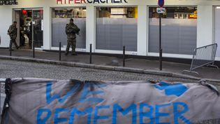 Devant l'Hyper Cacher, dans le 20e arrondissement de Paris, le 5 janvier 2016. (IAN LANGSDON / AFP)