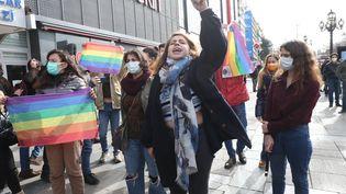 Des étudiants protestent contre la nomination du nouveau recteur de l'université du Bosphore par le gouvernement turc, le 2 février 2021. (ADEM ALTAN / AFP)