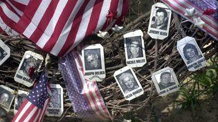 Des photos des victimes sur une couronne au mémorial du vol UA93, près du site du crash, à Shanksville. (P71 / MAXPPP)