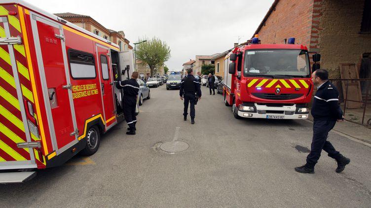 Des pompiers interviennent après la chute d'un arbre dans la cour d'une école de Bessens (Tarn-et-Garonne), le 18 avril 2019. (MAXPPP)