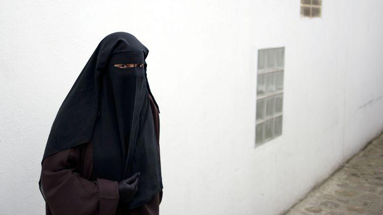Parmi les agents blessés, une fonctionnaire de la BAC arrivée en renfort a été mordue par la femme portant le voile. (FRED DUFOUR / AFP)