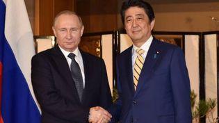 Le président russe Vladimir Poutine et le Premier ministre japonais Shinzo Abe, le 15 décembre 2016, à Nagato, au Japon. (KAZUHIRO NOGI / AFP)