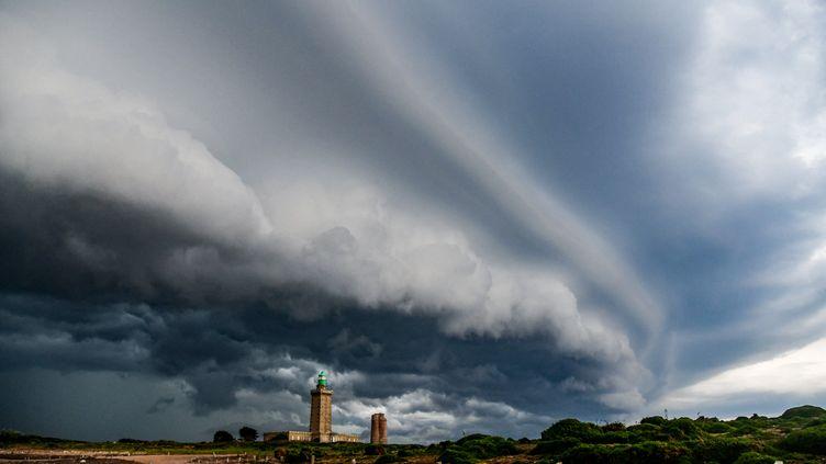 Un orage au Cap Fréhel (Côtes d'Armor). (MARC TISSEAU / BIOSPHOTO / AFP)