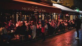 La terrasse d'un bar à Paris, rue Montorgueil, le 17 octobre 2020. (SAMUEL BOIVIN / NURPHOTO /.AFP)
