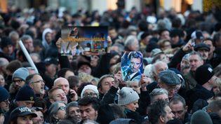 Des fans de Johnny Hallyday rassemblés place de la Madeleine à Paris, le 9 décembre 2017. (MAXPPP)