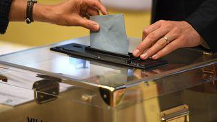 Dans un bureau de vote lors des élections législatives, à Rennes, le 11 juin 2017. (DAMIEN MEYER / AFP)