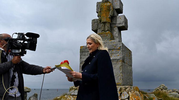La présidente du Rassemblement national Marine Le Pen, lors d'un hommage au général de Gaulle sur l'île de Sein, le 17 juin 2020. (DAMIEN MEYER / AFP)