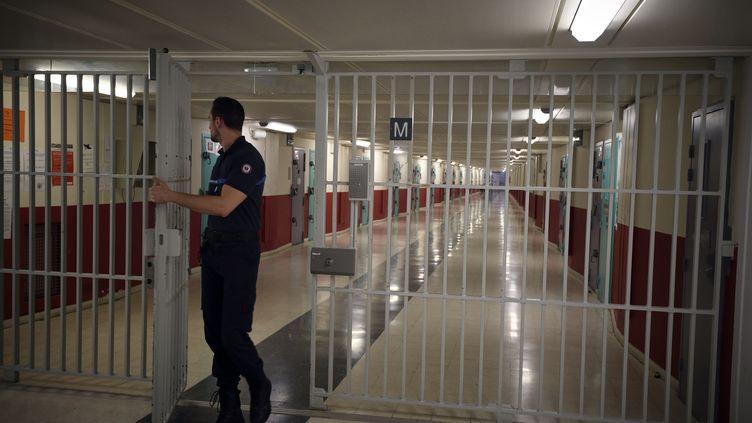 Un surveillant quitte un bâtiment de détention, le 29 octobre 2015, à la maison d'arrêt de Fleury-Mérogis (Essonne). (ERIC FEFERBERG / AFP)