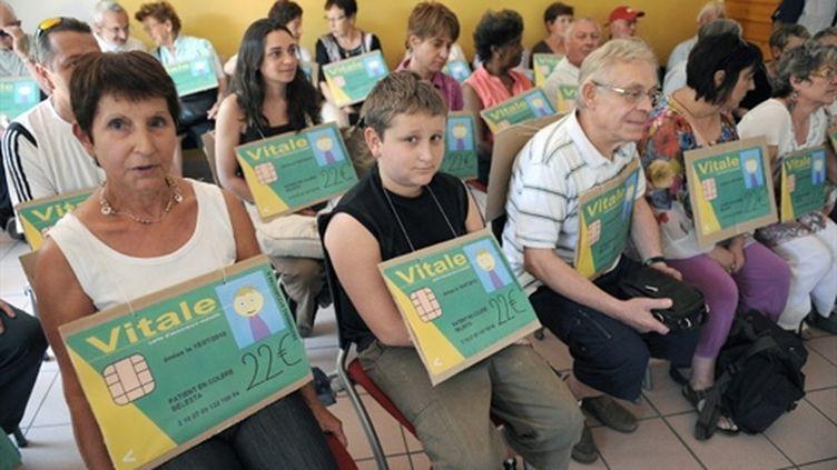 Des habitants de Bélesta, en Ariège, manifestent après le départ de leur médecin (archives, juillet 2010) (AFP / Rémy Gabalda)