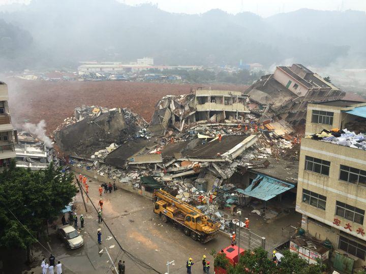 Des bâtiments se sont effondrés dimanche 20 décembre 2015, aprèsun glissement de terrain dans la ville de Shenzhen (Chine). (MAXPPP)