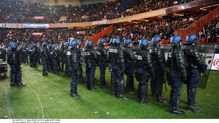 Des policiers anti-émeute surveillent les supporters dans les tribunes de PSG-OM, le 28 février 2010. (MYSTY/SIPA)