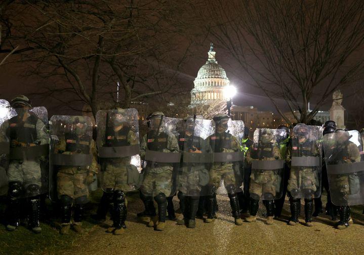 La Garde nationale est déployée devant le Congrès, à Washington, mercredi 6 janvier 2021. (TASOS KATOPODIS / GETTY IMAGES / AFP)