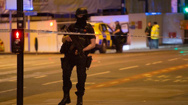 Un policiers aux abords de la Manchester Arena, peu après l'explosion, mardi 23 mai 2017 à Manchester (Royaume-Uni). (JONATHAN NICHOLSON / NURPHOTO)