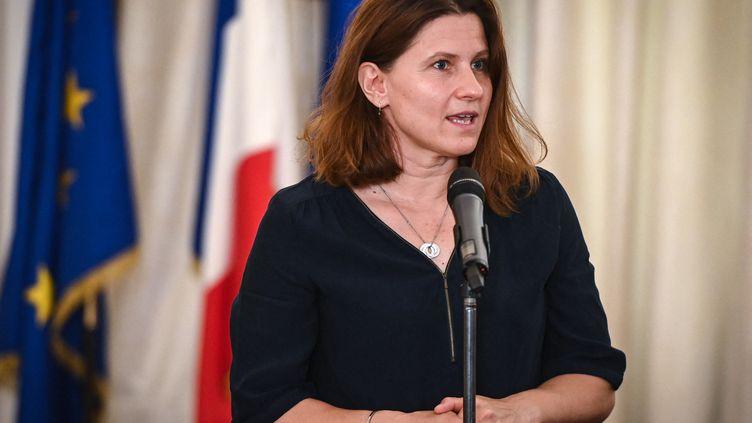 La ministre déléguée chargée des Sports, Roxana Maracineanu lors d'une conférence de presse à l'ambassade de France en Roumanie à Bucarest (28 juin 2021). (DANIEL MIHAILESCU / AFP)