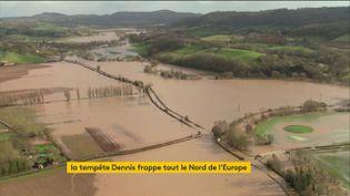 Le Royaume-Uni inondé après le passage d'une tempête (FRANCEINFO)