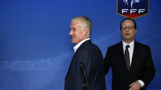 Le sélectionneur de l'équipe de France, Didier Deschamps, et François Hollande, alors président de la République, le 26 mars 2015, au Stade de France à Saint-Denis en Seine-Saint-Denis. (FRANCK FIFE / AFP)