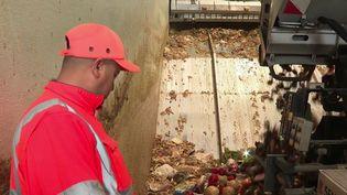 Rien ne se jette, tout se transforme. Chaque année en France, dix millions de tonnes de nourriture sont jetées à la poubelle. La loi Grenelle impose désormais à certains professionnels d'en assurer la valorisation. De nouvelles filières apparaissent donc pour offrir une seconde vie à ces aliments : c'est le recyclage alimentaire. (CAPTURE D'ÉCRAN FRANCE 3)