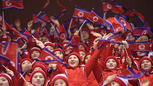 Les pom-pom girls nord-coréennes brandissent des drapeaux de la Corée du Nord lors des Jeux olympiques d'hiver de 2018 à Pyeongchang(Corée du Sud), le 14 février 2018. (ROBERTO SCHMIDT / AFP)